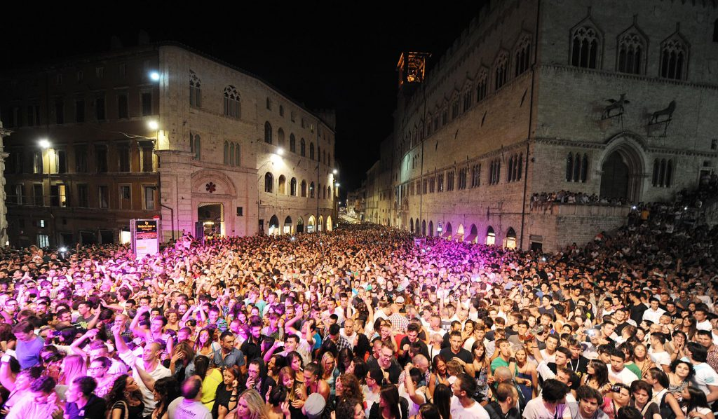 A sea of people stretching for as far as the eye can see, enjoying the Umbria festival