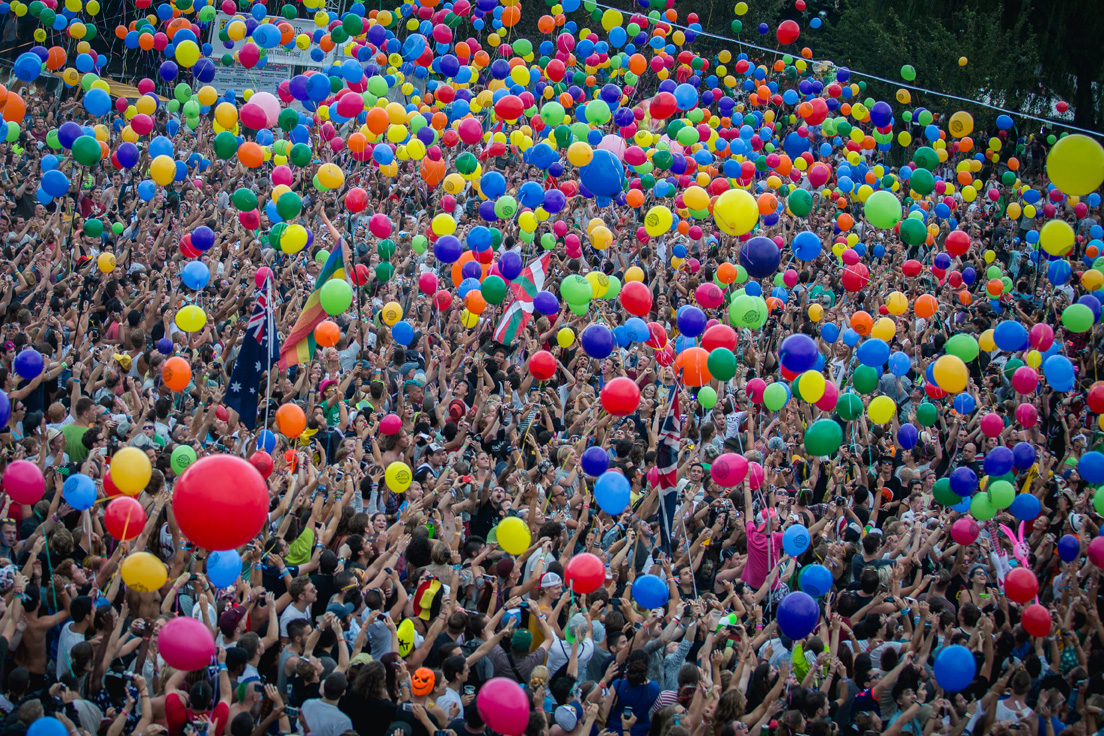 The Sziget crowd holds up colourful balloons