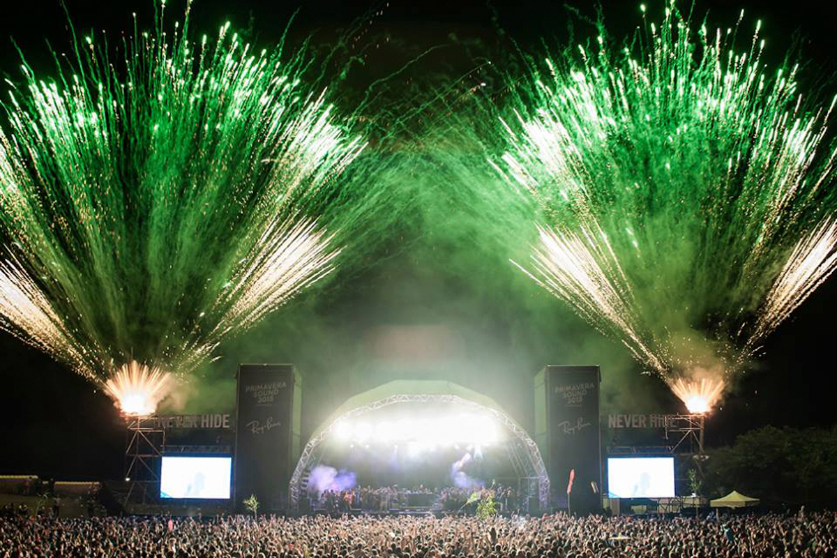 Green fireworks light up Primavera stage and crowd