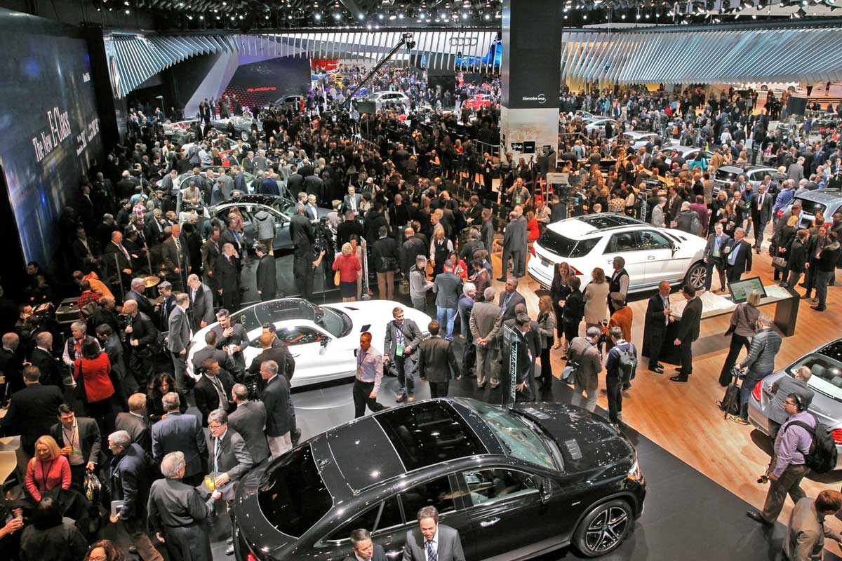 Large crowd in the convention centre walking amongst cars at the North american International Motor Show, Detroit