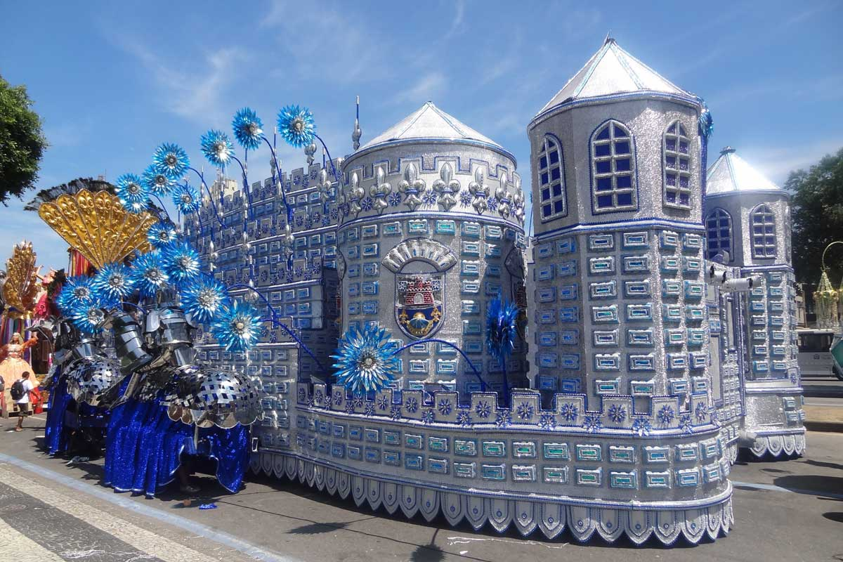 A blue castle float on ground in the day, rio