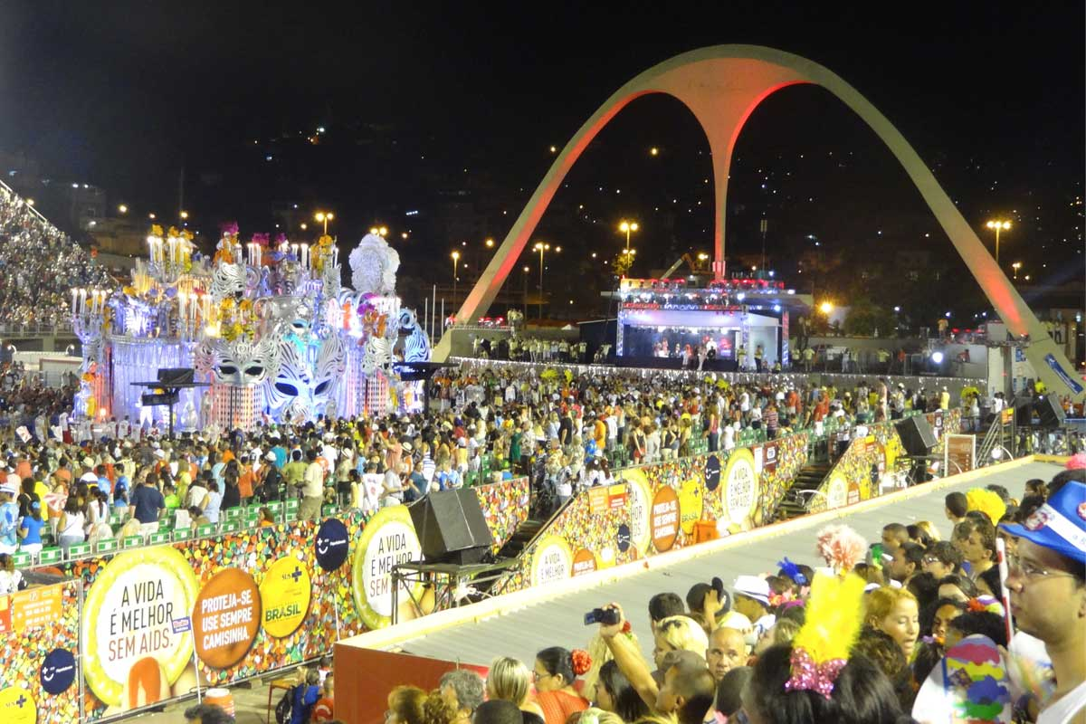 A stage witha band performing set in the crowd watching the floats go past at Rio