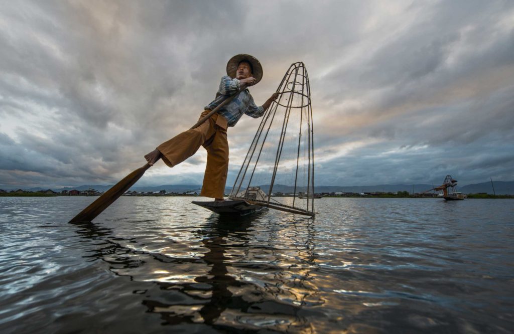 Myanmar's balancing fishermen have mastered the technique of standing on one leg, while controlling the oar with the other which leaves their hands free to hunt carp fish.