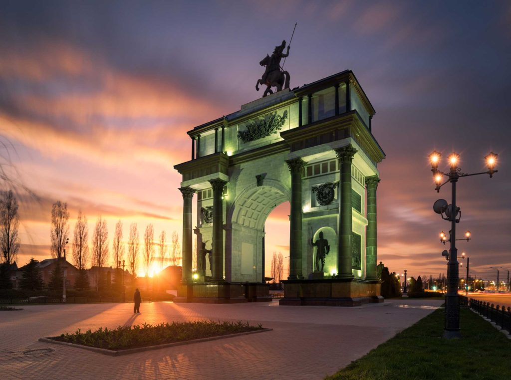 The Triumphal Arch of Kursk was built in 2000 in memory of the Battle of Kursk between Russian and German forces during the Second World War. The 24-metre high arch is a part of an ensemble of monuments in the Victory Memorial Complex which includes the Church of St George, a statue of Marshal Zhukov, an obelisk commemorating Kursk's military glory and a tribute to the unknown soldier with an eternal flame.